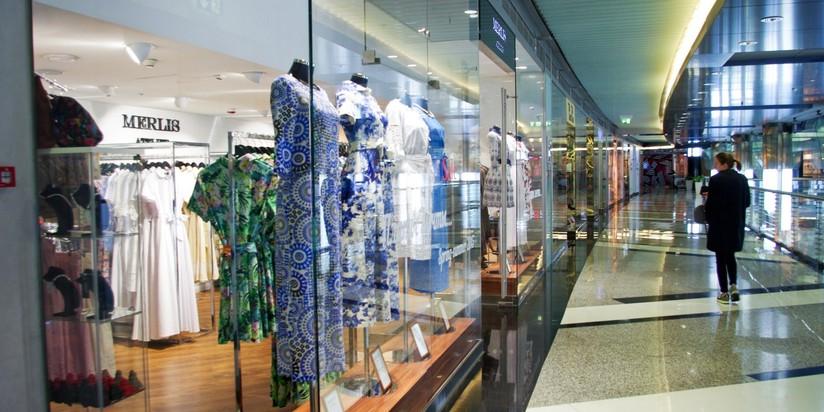 Продавцы одежды освобождают место вторговых центрах Петербурга