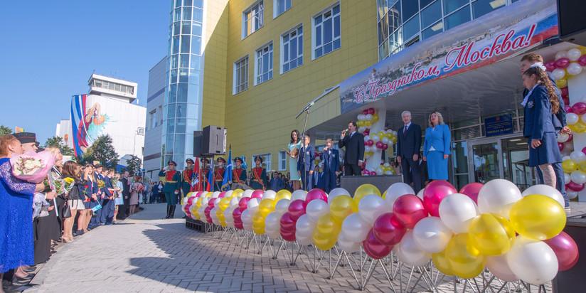 Праздничная линейка ко Дню знаний в московской школе №1409