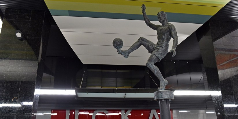 Настанции метро «ЦСКА» установили статуи баскетболиста ифутболиста
