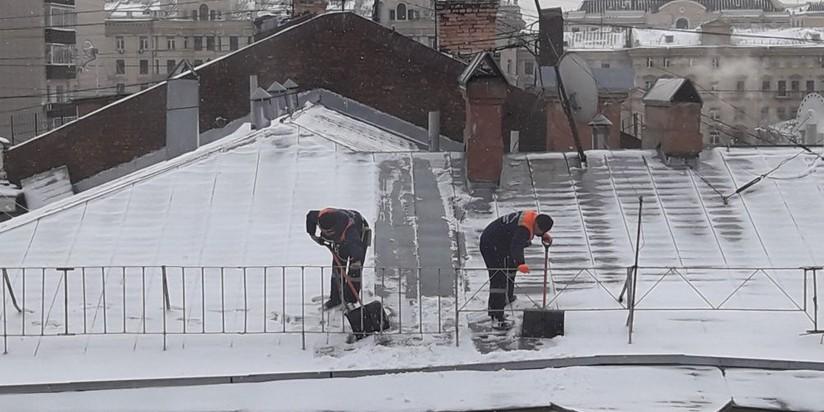 Уборка снега с крыш управляющей компании